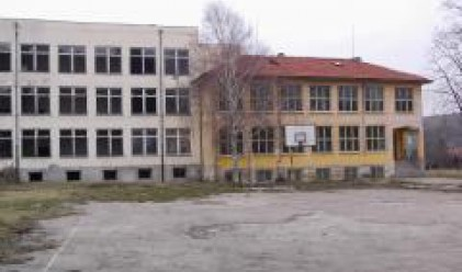 Продават училища като панелки