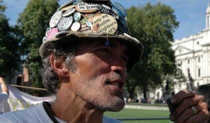 Пацифист стои 3 000 дни пред парламента в Лондон