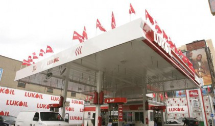 Лукойл понижи най-масовия бензин с почти 2%