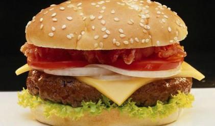 Синът на шведския премиер прави хамбургери в закусвалня