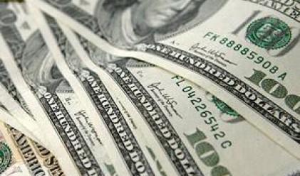 Доларът поевтинява, златото с рекорд над 1 910 долара