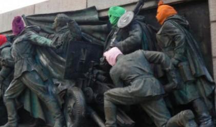 Сложиха качулки на Паметника на Съветската армия