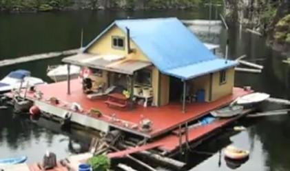 Американци живеят в плаваща къща