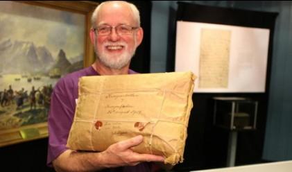 Мистериозен пакет на 100 години разкрива съдържанието си днес