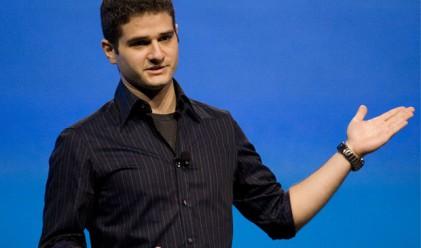 Дъстин Московиц продължава да продава акции на Facebook