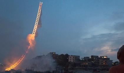 Огнена стълба в небето – най-невероятните фойерверки