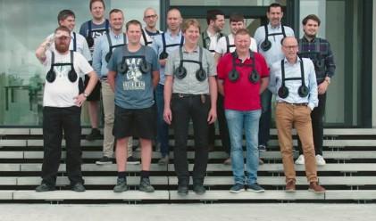 Защо шеф накара служителите си мъже да носят изкуствени гърди
