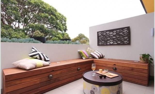 Дървени акценти на балкона за повече уют