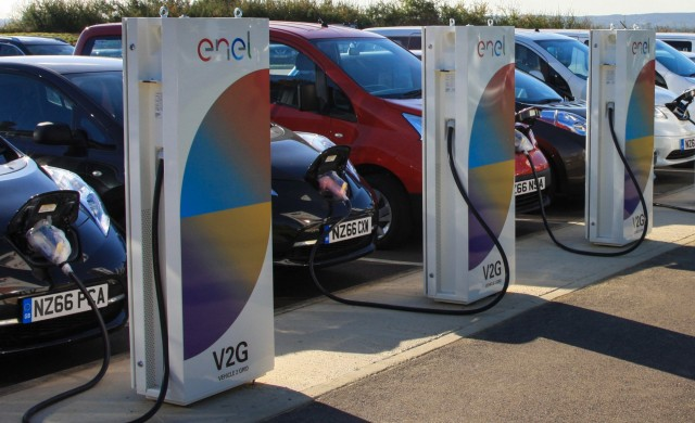 Плащат 1 300 евро за електромобили, връщащи ток в мрежата