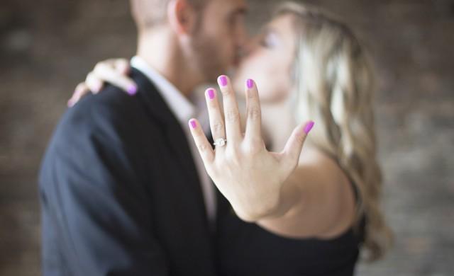 Защо жени показват евтините си годежни пръстени в интернет?