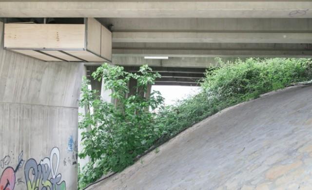 Дизайнер си построи студио, закрепено за натоварен мост