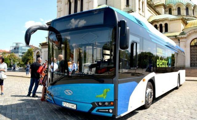Електробус се движи по линията на тролей 11 в София (снимки)