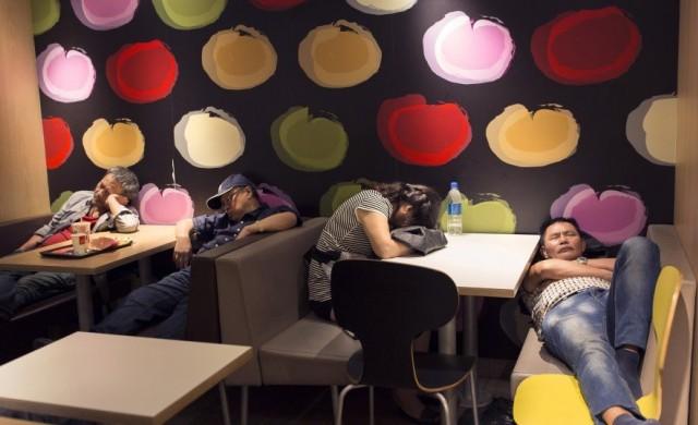 Защо стотици граждани на Хонконг нощуват редовно в McDonald's?