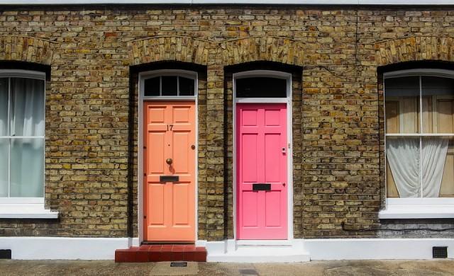 Цените на жилищата във Великобритания падат в пети пореден месец