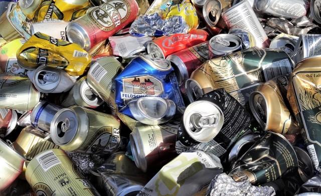 Тя притежава имоти за милиони, но събира боклуци по улиците