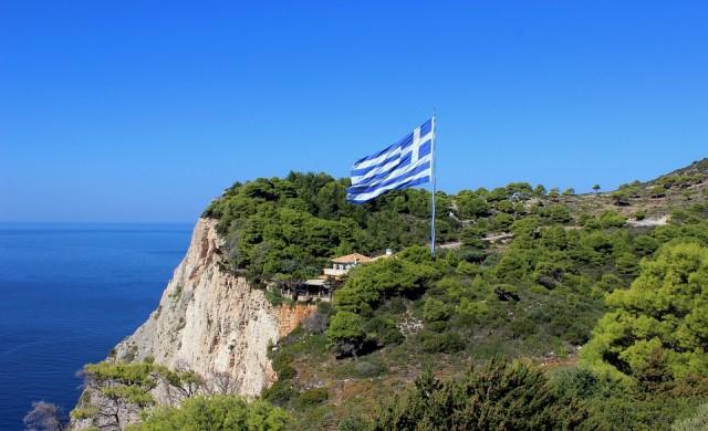 Няма опасност за българите, блокирани от пожар на гръцки остров