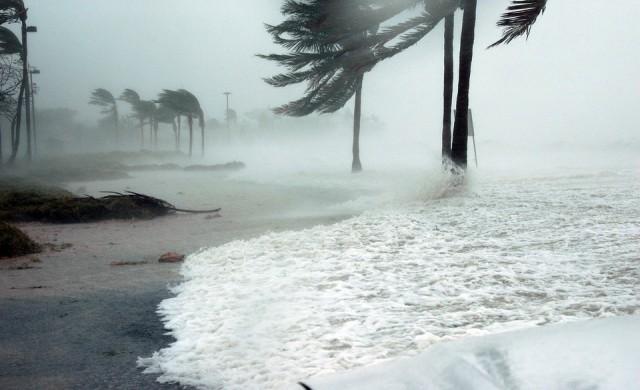 Многохилядна евакуация в Япония, тайфунът Кроса приближава