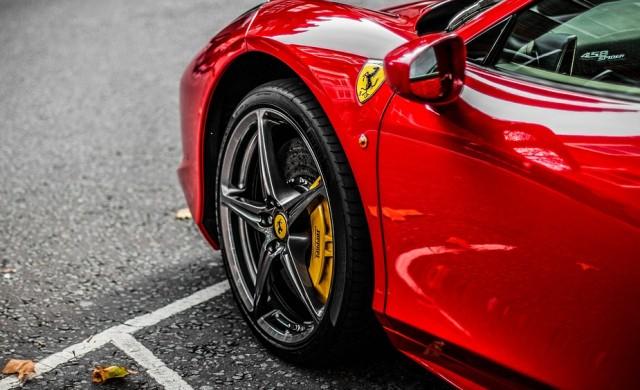 Богаташите все още си искат новите Ferrari-та