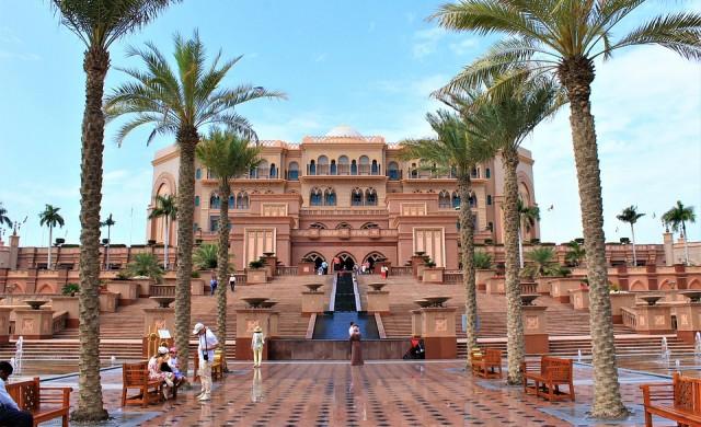 Крал Хуан Карлос се крие в седемзвезден хотел (снимки)
