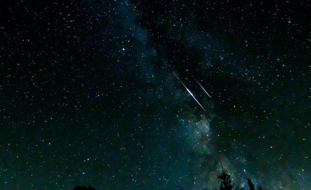 От утре: Нощното небе ще се озари от 75 падащи звезди на всеки час