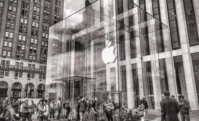 Тим Кук вече е милиардер, Apple все по-близо до оценка от 2 трилиона долара