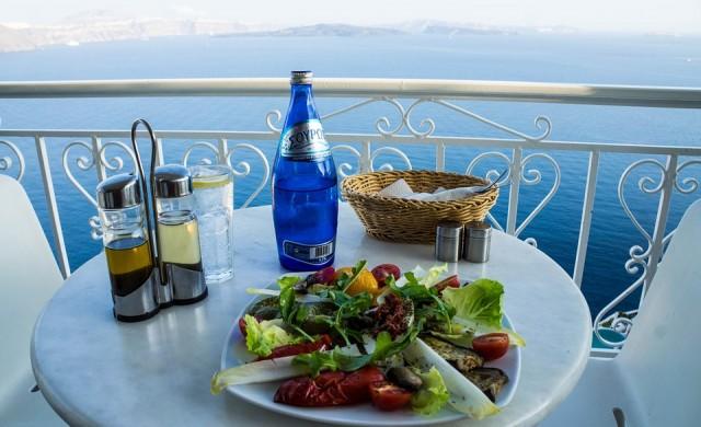 Полицейски час за ресторанти и барове в курортите на Гърция