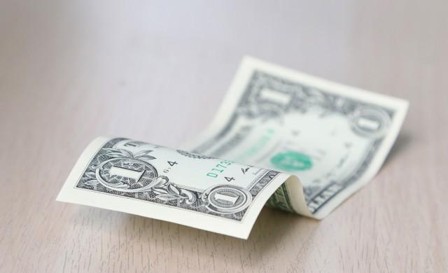 Златото се срина, а доларът прекъсна свободното си падане