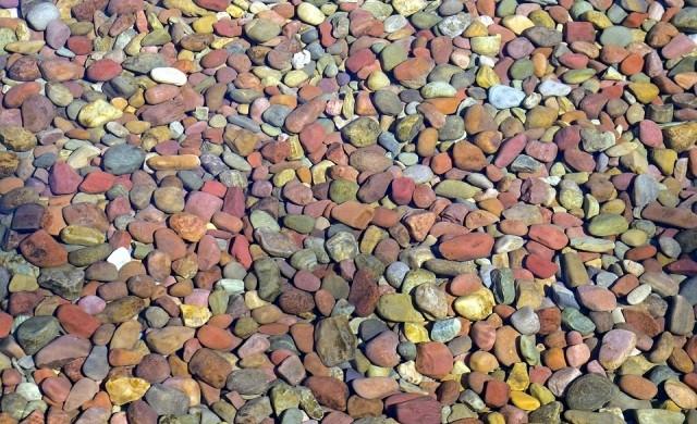 Поразително бистрото езеро Макдоналд и неговите пъстри камъчета