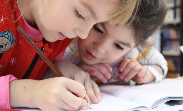 При какви мерки се връщат в училище децата по света?