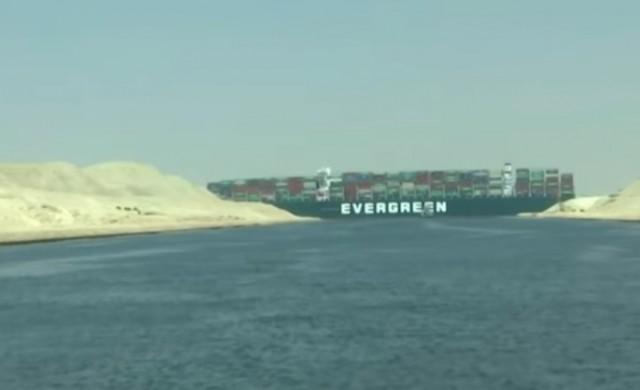 Разтоварват кораба, който блокира Суецкия канал през март