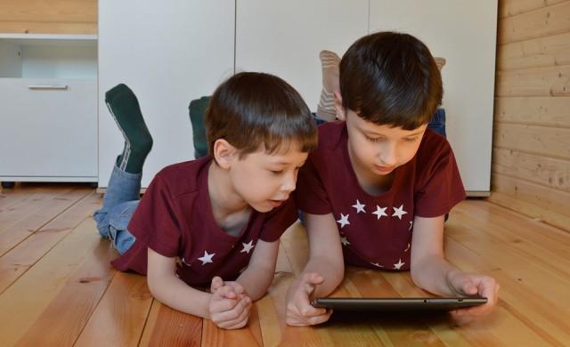 Как да контролирате по-добре времето на децата си пред екрана?