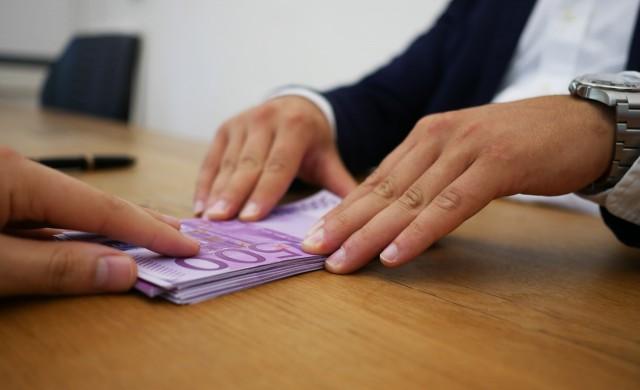 Какви такси плащаме за теглене на пари от банка?