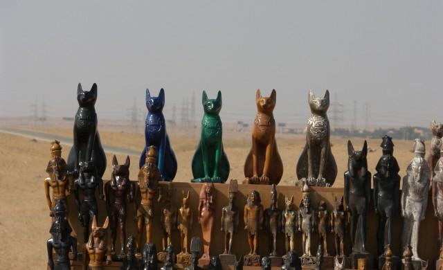 Защо древните египтяни са почитали котките като свещени животни?