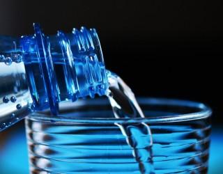 Учени: Бутилираната вода е 3500 по-скъпа и по-вредна от чешмяната