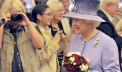 Модната къща, която облича британската кралица, e пред фалит