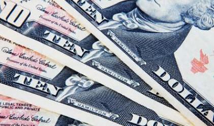 Доларът поскъпва при срива на американските акции