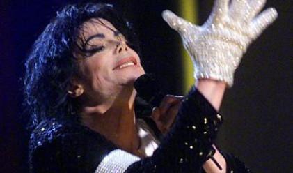 Продадоха ръкавица на Майкъл Джексън за 49 000 долара
