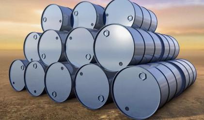 Петролът поевтиня след покачване на запасите от суровината