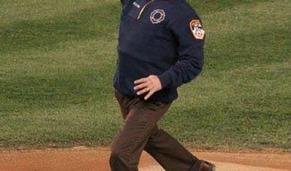 Джордж Буш бил най-нервен при хвърлянето на топка
