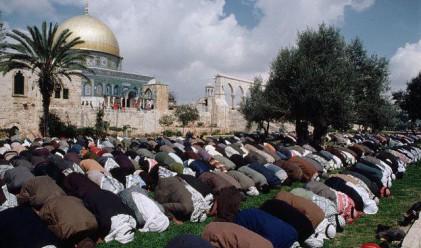 Франция забрани молитвите на улицата