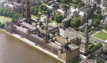 Какво се опитват да вкарат хората в британския парламент
