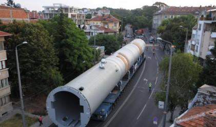 Мегамашината в Бургас най-после се придвижи до рафинерията