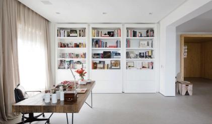 Тези лавици с книги крият цяла стая
