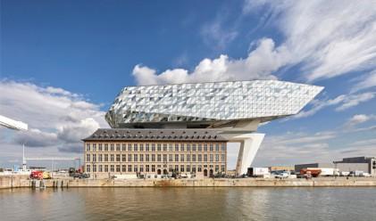 Тази причудлива сграда-кораб си играе със светлината