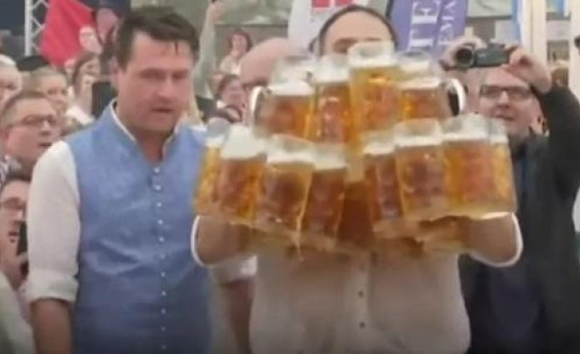 Германец постави световен рекорд по носене на халби бира