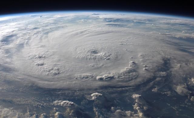 Каква е връзката между пясъчните бури и ураганите?