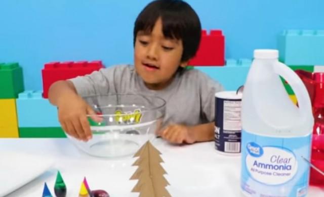 Обвиниха 8-годишна YouTube звезда, че мами малките деца