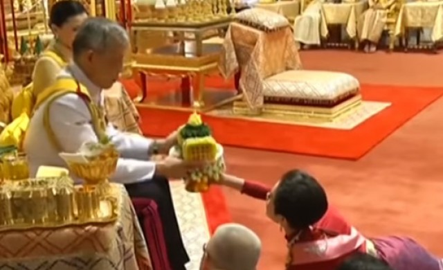 Кралят на Тайланд прости на изпадналата си в немилост любовница
