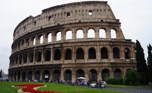 Заловиха поредния турист да дълбае инициалите си в Колизеума