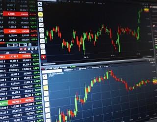 Акциите поевтиняват, доларът поскъпва днес